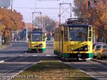 Nosztalgiavillamos-vezetők gyakorolnak a régi Tátra villamosokon Miskolcon