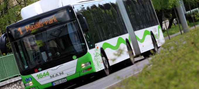 Eggyel több 1-es autóbusz érinti a Szondi György utca megállóhelyet