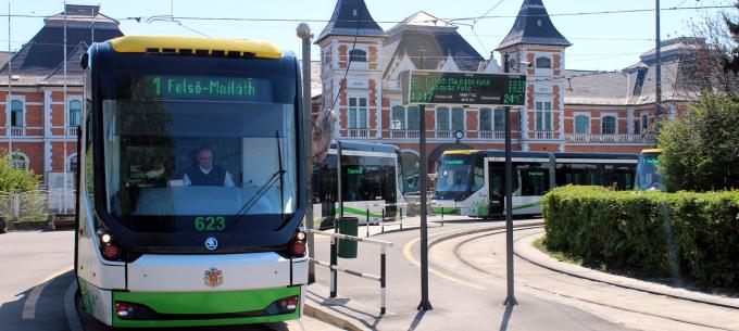 Villamospótló autóbuszok közlekednek a futóverseny idején