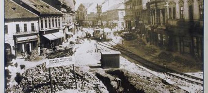 64 éve indult a 2. vágány építése, 62 éve adták át a Baross Gábor utcától az Ady-hídig tartó villamosvágányt