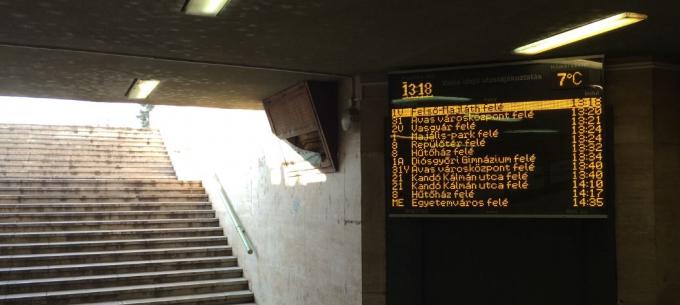 Kijelző segíti az utasok tájékozódását a Tiszai pályaudvar aluljárójában