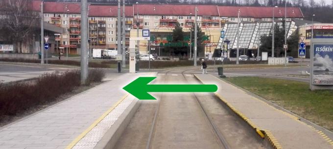 2-es villamos, Újgyőri főtér: az ajtók a bal oldalon nyílnak
