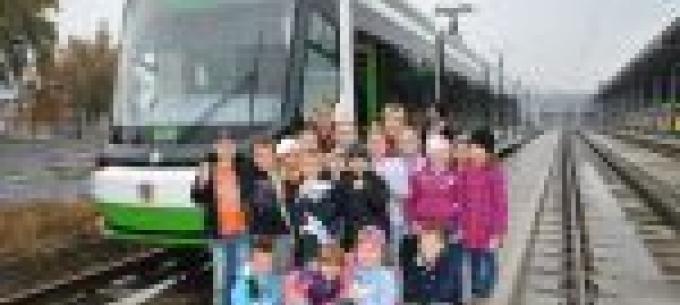 Busz és villamos látogatóba érkeztek az iskolások