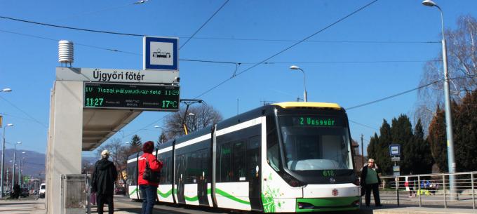 Vágányzár az Újgyőri piac és az Újgyőri főtér között a Tiszai pályaudvar irányába