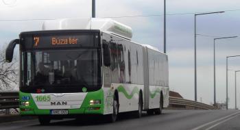 Eggyel több 7-es autóbusz érinti az áruházat