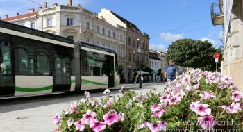Villamospótló autóbusz közlekedik az Operafesztivál nyitóünnepsége idején